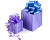 Fialová dárková krabička s stuhou lukem — Stock fotografie