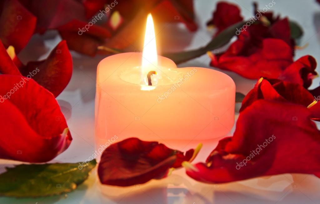 Свеча из лепестков роз