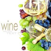Copas de vino y uvas sobre blanco — Foto de Stock