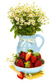 Strawberry and bouquet flowers — Stockfoto