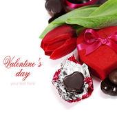 подарочная коробка, шоколад и свежие цветы — Стоковое фото