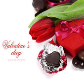 Gift box, chocolate and fresh flowers — Stockfoto