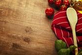 Cucchiaio di legno e gli ingredienti sul tavolo — Foto Stock