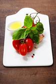 Čerstvá rajčata a bazalka — Stock fotografie