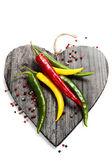 свежие овощи на разделочной доске в форме сердца — Стоковое фото