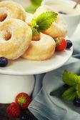 кофе и свежие пончики — Стоковое фото