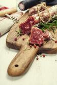 Salami and wine — Stockfoto