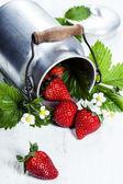 Strawerries frescas sobre fondo de madera. — Foto de Stock