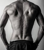 Bella e salute atletica caucasico muscoloso giovane. foto in bianco-nero. — Foto Stock