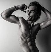 Hermosa y salud atlético caucásico muscular joven. foto blanco y negro. — Foto de Stock