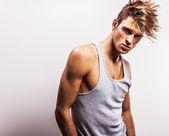 çekici erkek t-shirt giyen. — Stok fotoğraf