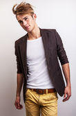 Elegante joven guapo. retrato de moda studio. — Foto de Stock