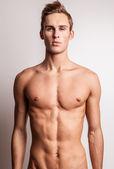 有吸引力的年轻人脱衣服的模型. — 图库照片