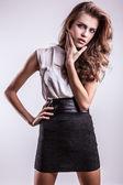 Genç güzel kız moda elbiseyle poz — Stok fotoğraf