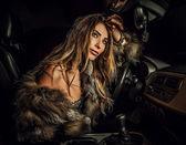 Mujer de lujo en un coche. — Foto de Stock
