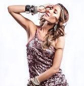 Jonge sensuele & schoonheid vrouw in een modieuze jurk. — Stockfoto