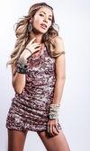 Ung sensuell & skönhet kvinna i en modern klänning. — Stockfoto