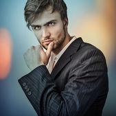 Zarif genç yakışıklı bir adam...çok renkli dijital görüntü portre erkek yüz boyalı. — Stok fotoğraf