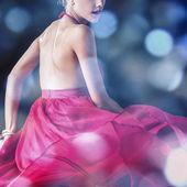 Jonge sensuele model meisje. veelkleurige gezicht kunst studio surrealistisch foto. — Stockfoto