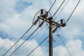 Poteau électrique avec des fils avec un ciel bleu — Photo