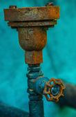старые ржавые промышленных водопроводной воды труб и клапанов — Стоковое фото