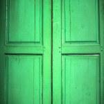 白で隔離される古い木製ドア — ストック写真