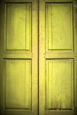 Eski ahşap kapı üzerinde beyaz izole — Stok fotoğraf