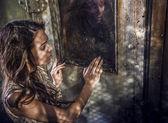 Image dramatisée de sensuelle & séduisante jeune femme luxe robe posant à l'extérieur. — Photo