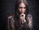 чувственный & красоты девушка позирует на роскошный кожаный диван. — Стоковое фото