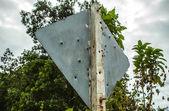 дорожный знак дырявыми ружье — Стоковое фото