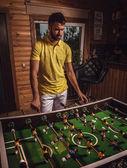Sarı tişört üzerinde futbol oynayan genç yakışıklı adam. — Stok fotoğraf
