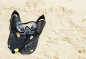 Snorkel equipment on a tropical sandy beach — Stock Photo