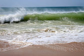 Crashing waves on the beach shore — Stock Photo