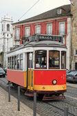 Historische straßenbahn in alfama lissabon — Stockfoto