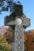 Decorated cross in cemetery during autumn — 图库照片