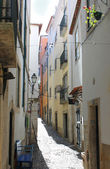 Narrow street in Alfama, Portugal — Foto de Stock
