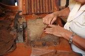 Frau rollende zigarren — Stockfoto