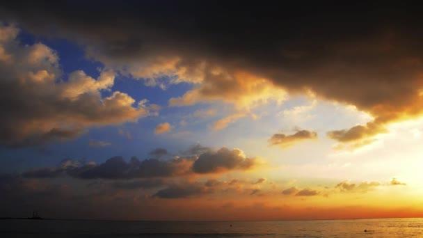 Fondo de cielo en sunset. composición de la naturaleza. — Vídeo de stock