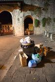 Garbage in the Street at Night - Pisa — Stock Photo