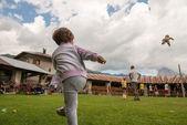 Dítě hází panenku do vzduchu v parku venkovní — Stock fotografie