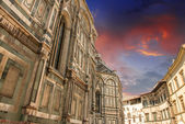 Ancient Landmarks and Homes in Piazza del Duomo, Florence — Stock Photo