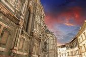 Gamla landmärken och bostäder i piazza del duomo, florens — Stockfoto