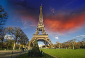 Amanecer en parís, con la torre eiffel — Foto de Stock