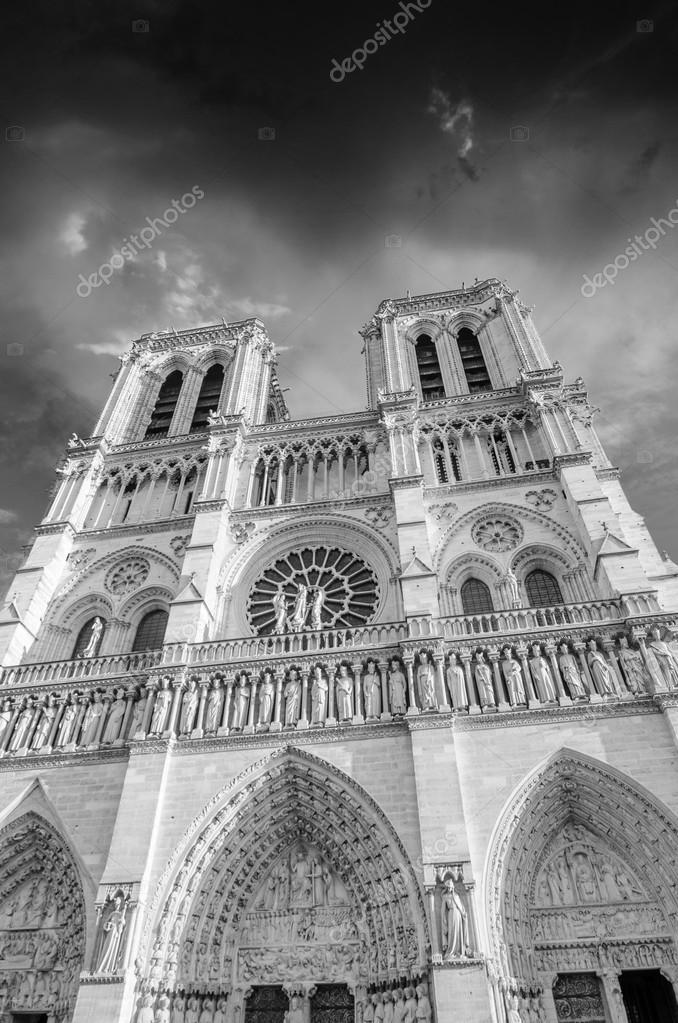 schwarz wei dramatischen blick auf die kathedrale notre dame in paris stockfoto 12924889. Black Bedroom Furniture Sets. Home Design Ideas