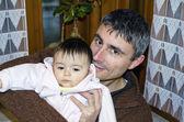 Babası kızının sevgiyle kucaklayan — Stok fotoğraf