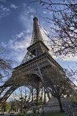 The Eiffel Tower in Paris shot against a blue winter sky — Stock Photo