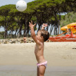 Happy Baby wirft den Ball am Strand — Stockfoto