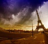 Der eiffelturm in paris, gesehen von der iena brücke mit dramatischen w — Stockfoto