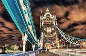 Tower Bridge in London, uk am Abend mit Verkehr und verschieben rot — Stockfoto