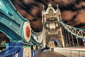在晚上照亮伦敦塔桥 — 图库照片